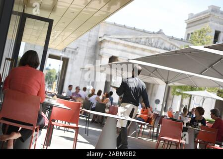 The outdoor area of the restaurant 'Ella' at Königsplatz in Munich. [automated translation] - Stock Photo