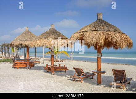 Strand, Sonnenschirme, Isla Holbox, Quintana Roo, Mexiko - Stock Photo
