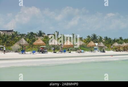 Sandstrand, Sonnenschirme, Strandliegen, Isla Holbox, Quintana Roo, Mexiko - Stock Photo