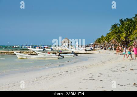 Motorboote, Sandstrand, Isla Holbox, Quintana Roo, Mexiko - Stock Photo