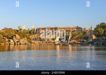 The Old Cataract Hotel, a historic British colonial-era 5-star luxury resort hotel located on the banks of the River Nile in Aswan, Egypt, Africa - Stock Photo