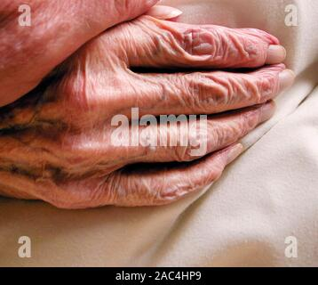 AJAXNETPHOTO. GOSPORT, ENGLAND. - HAND OF OLD AGE - WRINKLED SKIN ON THE HAND OF OLD AGE. ELDERLY PERSON IN CARE HOME.PHOTO:JONATHAN EASTLAND/AJAX REF:GR2_111006_12785 - Stock Photo