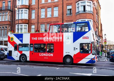 London open top tour bus in Knightsbridge - Stock Photo