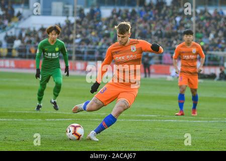 Brazilian football player Roger Krug Guedes, known as Roger Guedes, of Shandong Luneng Taishan F.C., middle, shoots during the 30th round match of Chinese Football Association Super League (CSL) against Beijing Sinobo Guoan in Beijing, China, 1 December 2019. Beijing Sinobo Guoan defeated Shandong Luneng Taishan with 3-2. - Stock Photo