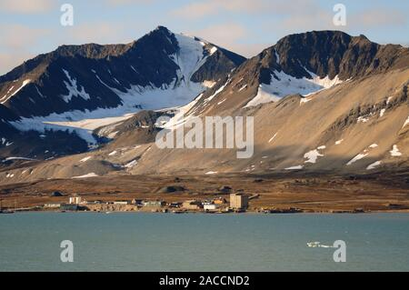 Ny Alesund, the world's most northerly inhabited settlement at latitude 78.55N, on the shoreline of the Kongsfjorden (King's Bay), Spitsbergen. - Stock Photo