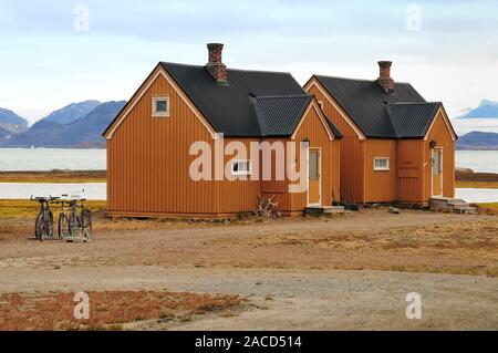 Houses on the shore of Kongsfjorden at Ny Alesund, the world's most northerly inhabited settlement. - Stock Photo