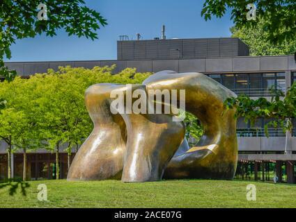 Skulptur von Henry Moore 'Large Two Forms' , Bundesministerium für wirtschaftliche Zusammenarbeit und Entwicklung, ehemaliges Bundeskanzleramt, Strese - Stock Photo