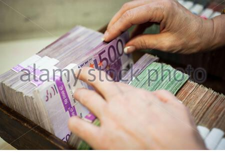 500 Euro Scheine in einer Kasse bei einer Bank - Stock Photo