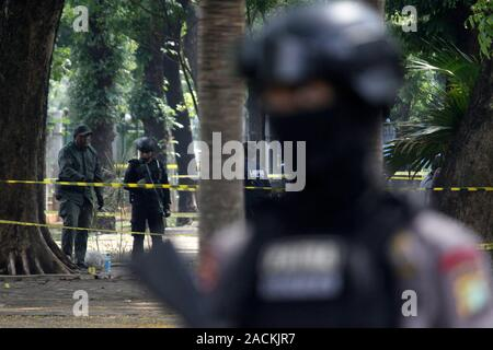 Jakarta, Indonesia. 3rd Dec, 2019. Indonesian police officers stand guards at the smoke grenade explosion site in Jakarta, Indonesia, Dec. 3, 2019. An explosion resulted from a smoke grenade took place in Indonesia's National Monument Park (Monas) near the presidential palace in central Jakarta on Tuesday, injuring two soldiers, Jakarta Police Chief Inspector General Gatot Eddy Pramono said. Credit: Aditya Irawan/Xinhua/Alamy Live News - Stock Photo