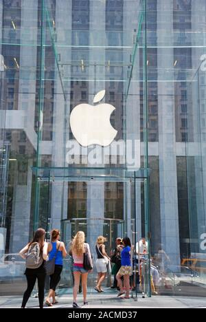 Eingang, Apple Retail Store, Fifth Avenue, Manhattan, New York City, USA - Stock Photo