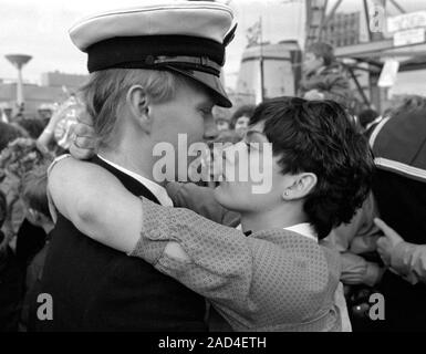 AJAXNETPHOTO. 19TH JUNE, 1982. PORTSMOUTH, ENGLAND. - FALKLANDS VETERAN - A YOUNG OFFICER  OFTHE SHEFFIELD CLASS (TYPE 42/1&2) DESTROYER HMS GLASGOW RECEIVES A WARM WELCOME HOME WHEN HIS BOMB DAMAGED SHIP RETURNED TO PORTSMOUTH IN 1982.  PHOTO:JONATHAN EASTLAND/AJAX.  REF:HD NA GLAS 82_8A. - Stock Photo