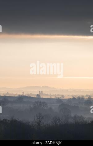 Rugby, Warwickshire, UK: Late autumn, soon after sunrise, low-lying mist hangs over undulating fields in Warwickshire countryside. - Stock Photo