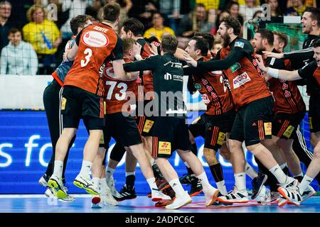 Mannheim, Germany. 04th Dec, 2019. Handball: DHB Cup, Rhein-Neckar Löwen - TSV Hannover-Burgdorf, main round, knockout round, quarter finals, in the SAP Arena. Hanover's team rejoices over the victory. Credit: Uwe Anspach/dpa/Alamy Live News - Stock Photo