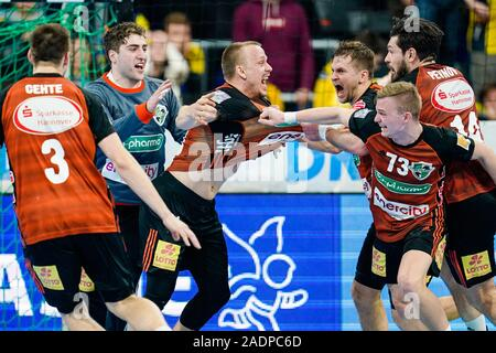 Mannheim, Germany. 04th Dec, 2019. Handball: DHB Cup, Rhein-Neckar Löwen - TSV Hannover-Burgdorf, main round, knockout round, quarter finals, in the SAP Arena. Hannovers Morten Olsen (M) cheers with his team mates about the victory. Credit: Uwe Anspach/dpa/Alamy Live News - Stock Photo