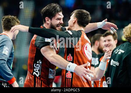 Mannheim, Germany. 04th Dec, 2019. Handball: DHB Cup, Rhein-Neckar Löwen - TSV Hannover-Burgdorf, main round, knockout round, quarter finals, in the SAP Arena. Hanover's Evgeni Pevnov (l) and Hanover's Ivan Martinovic are happy about the victory. Credit: Uwe Anspach/dpa/Alamy Live News - Stock Photo