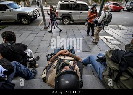 La Paz, La Paz, Bolivia. 12th Nov, 2019. Clashes in La Paz/Bolivia.Photoreporters get some rest during bolivian troubles near from Presidential Palace. Demonstrators have taken to the streets in Bolivia after the counting of votes on October 2019 presidential election descended into controversy about a massive fraud from the Evo Morales MAS party.The country's opposition has accused the government of President Evo Morales of fraud after the count was mysteriously suspended for 24 hours during the votes counting while pointing to the need for a December run-off round between the incumben - Stock Photo