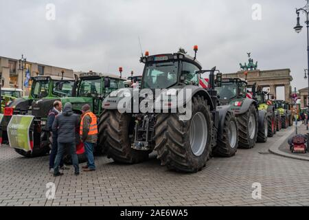 Germany, Brandenburg Gates, Berlin. 26/11/2019: An estimated 40,000 German farmers gathered at Brandenburg Tor in the centre of Berlin in protest against the governments new Agricultural Policy of Environmental Pretection combined with falling prices are damaging their businesses. - Stock Photo