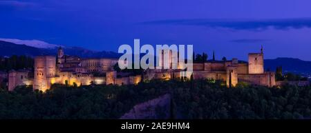 Panoramic view of the magnificent Alhambra palace at dusk, a UNESCO World Heritage site, as seen from the Mirador de San Nicolás - Stock Photo