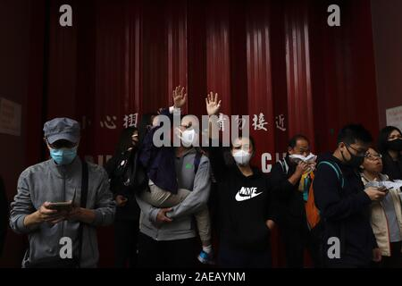 Hong Kong, China. 8th Dec, 2019. Protesters on the pavement raise their hands in response to the marching citizens indicating sign of FIVE DEMANDS during a protest march on the INTERNATIONAL HUMAN RIGHTS DAY.Dec-8, 2019 Hong Kong.ZUMA/Liau Chung-ren Credit: Liau Chung-ren/ZUMA Wire/Alamy Live News - Stock Photo