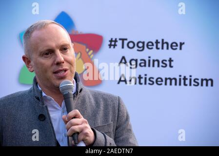London, UK. 8th December 2019. Together Against Antisemitism demonstration and rally in Parliament Square. Jews and non Jews came together to stand against Antisemitism and were addressed by 5 speakers. Organisers were the Campaign Against Antisemitism, who estimated 3,200 people were present. Pictured speaking at the rally, Robert Rinder, Barrister and Television Presenter. Credit: Stephen Bell/Alamy Stock Photo