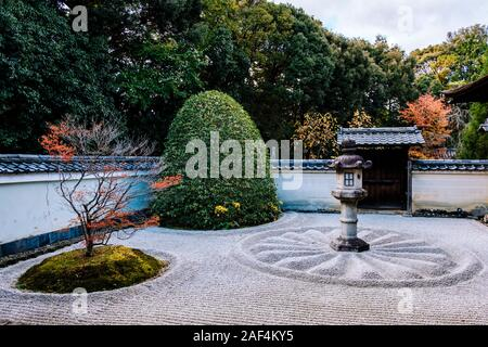 Unryu-in Temple, Kyoto: Stone garden with Chrysanthemum Seal - Stock Photo