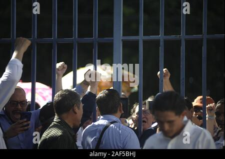 San Salvador, El Salvador. 12th Dec, 2019. People gesture as they protest. A small group of pro government Salvadorans concentrated outside congress to ask for the approval of the 2020 budget. Credit: Camilo Freedman/ZUMA Wire/Alamy Live News - Stock Photo
