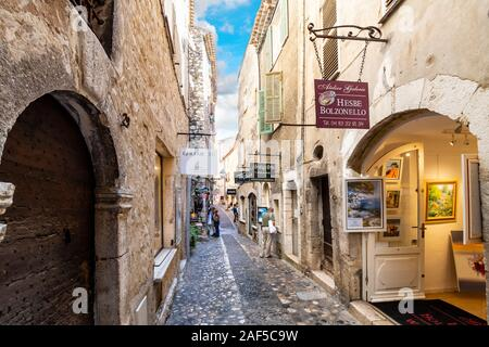 Shops and art galleries line the narrow cobblestone roads in the medieval hilltop village of St Paul de Vance on the French Riviera. - Stock Photo
