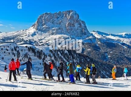 Skiers at the Gardena Pass, Passo Gardena, against the Saslonch mountain, Sassolungo, Val Gardena, Dolomites, South Tyrol, Italy - Stock Photo