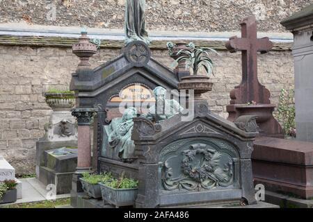 The family tomb of Charles Pigeon in Montparnasse Cemetery in Paris features a life sized bronze of Pigeon and his wife - Stock Photo