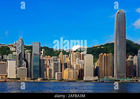 Blick von Kowloon auf die Skyline auf Hongkong Island am Hongkong River, Central, mit Bank of China ganz links und dem IFC Tower ganz rechts, Hongkong - Stock Photo