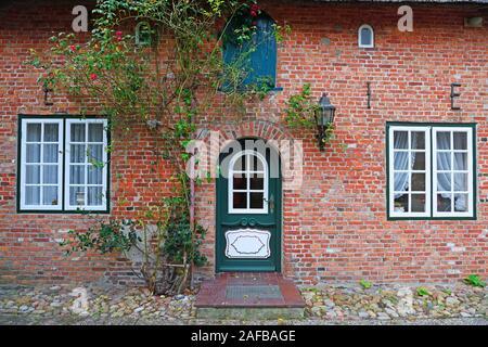 typischer Eingang in ein altes Friesenhaus, Reetdachhaus,  Keitum, Sylt, nordfriesische Inseln, Nordfriesland, Schleswig-Holstein, Deutschland - Stock Photo