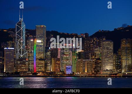 Blick zur blauen Stunde von Kowloon auf die Skyline auf Hongkong Island am Hongkong River, Central, mit Bank of China ganz links , Hongkong, China - Stock Photo