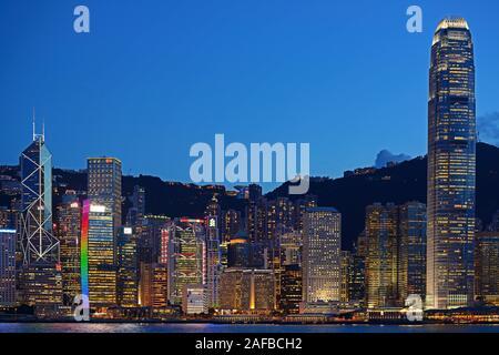 Blick zur blauen Stunde von Kowloon auf die Skyline auf Hongkong Island am Hongkong River, Central, mit Bank of China ganz links und dem IFC Tower rec - Stock Photo