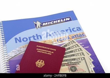 Reiseführer USA, Südwesten, Reisepass mehrere 50 Dollarscheine, Strassenatlas Nordamerika, Symbolbild Reisenplanung USA - Stock Photo