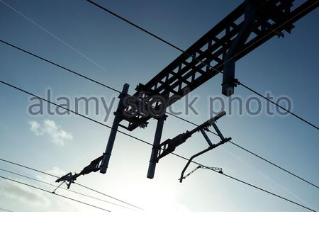 Electrical supply wires for powering railway trains, 25 kV 50 Hz AC OHLE (Over Head Line Equipment). UK. - Stock Photo