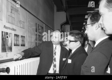ILTUB (Aerospace Institute) in Berlin: Dipl. Ing. Harmsen explains circulation. Stock Photo