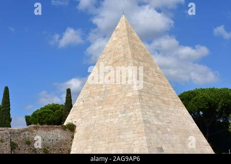 Piramide di Caio Cestio (Pyramid of Cestius) also known as Piramide Cestia. Rome, Italy. - Stock Photo