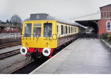 British Railway (British Rail) Class 117 Diesel Multiple Unit (DMU) T305 recently out-shopped in traditional Great Western Railway livery of chocolate and cream paintwork, seen at Hereford Station, England, UK, on the afternoon of 11th April 1991, about to leave with a Hereford to Birmingham New Street service.  This train was originally painted in GWR livery as part of the GWR 150 celebrations in 1985. The train was later scrapped.  Historic colour color  photo taken in 1991 (1990s). - Stock Photo