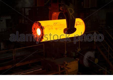 Glühendes Stahlrohr in einem Stahlwerk - Stock Photo