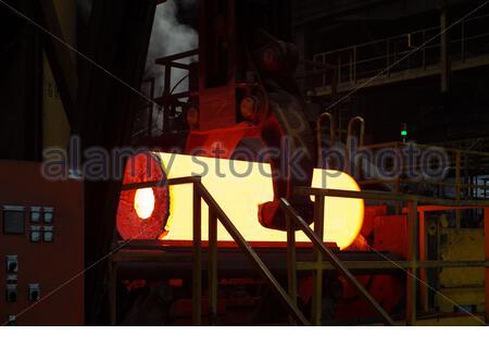 Glühendes Stahlrohr in einem Röhrenwerk - Stock Photo