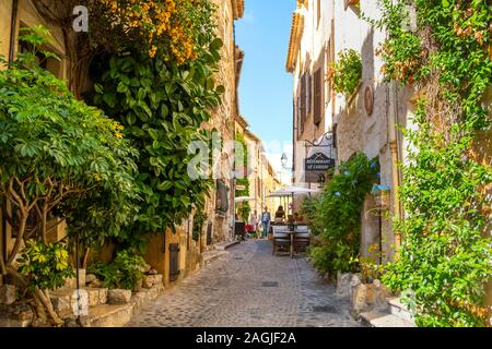 Cafes, shops and art galleries line the narrow cobblestone roads in the medieval hilltop village of St Paul de Vance on the French Riviera. - Stock Photo