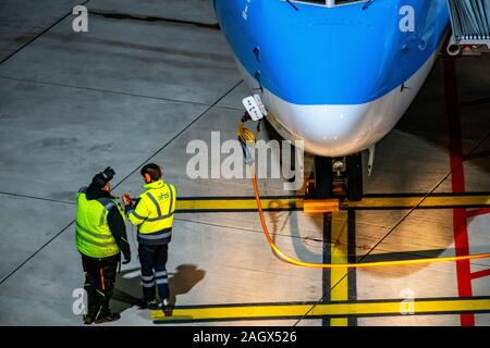 DŸsseldorf International Airport, DUS, aircraft at the gate, is secured with brake blocks,