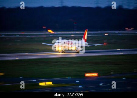 DŸsseldorf International Airport, DUS, aircraft taking off at night, Laudamotion,