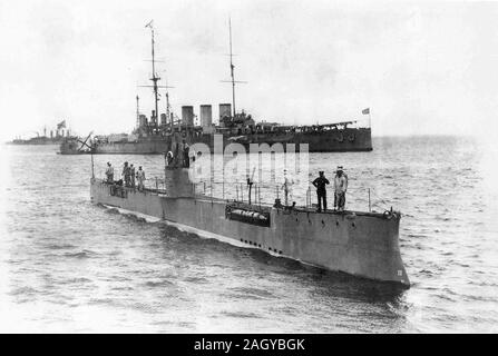 Russian submarine Akula, launched in 1907, first Russian submarine able to cruise long distances. Akula was built for the Imperial Russian Navy. Akula saw service during World War I and sank in November 1915 after hitting a naval mine. Imperial Russian submarine Akula and armoured cruiser Ryurik, 1913 - Stock Photo