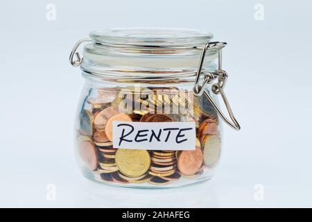 Ein Glas mit Münzen für die spätere Vorsorge im Alter. Aufbesserung der Rente - Stock Photo