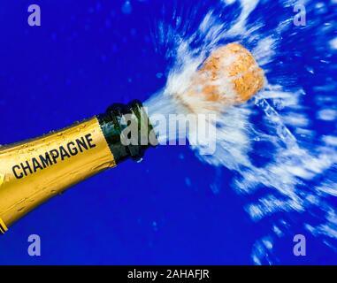 Eine Flasche Champagner wird geöffnet. Symbolfoto für Eröffnung, feiern und Jahreswechsel - Stock Photo