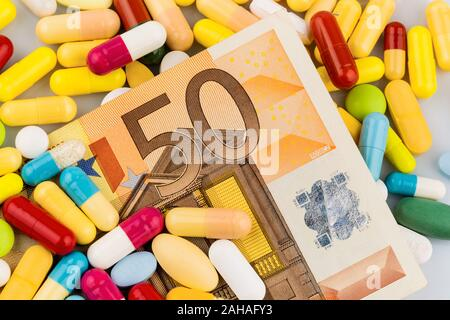 Verschiedene Tabletten, Kosten, Geld, Euro, ,Gesundheitswesen, Krankenhasse, Medizin, Pillen, Euro-Banknote, 50 Euro, - Stock Photo