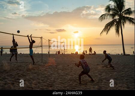 18.11.2019, Phuket, , Thailand - A group of locals plays volleyball at Karon Beach at sunset. 0SL191118D011CAROEX.JPG [MODEL RELEASE: NO, PROPERTY REL - Stock Photo
