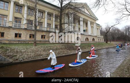 St Petersburg, Russia. 28th Dec, 2019. ST PETERSBURG, RUSSIA - DECEMBER 28, 2019: Participants in a New Year stand up paddle surfing swim on the Krestovka River. Peter Kovalev/TASS Credit: ITAR-TASS News Agency/Alamy Live News - Stock Photo