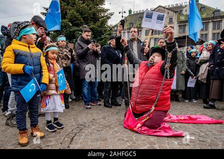 Amsterdam, Netherlands. 29th Dec, 2019. AMSTERDAM, Dam square, 29-12-2019, Uighurs and sympathizers demonstrate Sunday afternoon on Dam Square in Amsterdam. They protest against what they see as the oppression of the Uyghurs in China by the government of that country. Credit: Pro Shots/Alamy Live News - Stock Photo